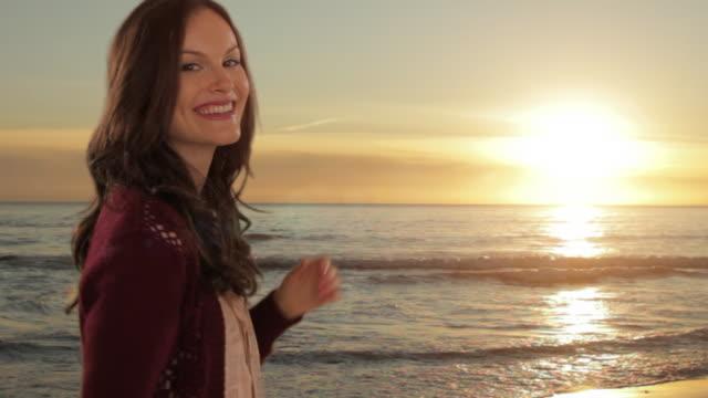 vídeos y material grabado en eventos de stock de young girl holding sun in hands - manos ahuecadas