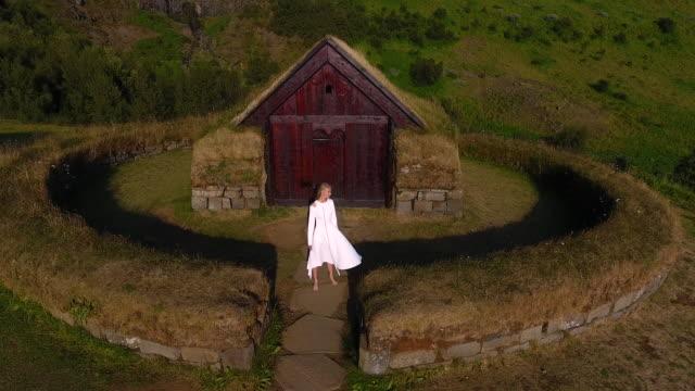 vidéos et rushes de jeune fille dans une ancienne colonie des peuples de l'islande. histoire de mode de conte de fées - dieu