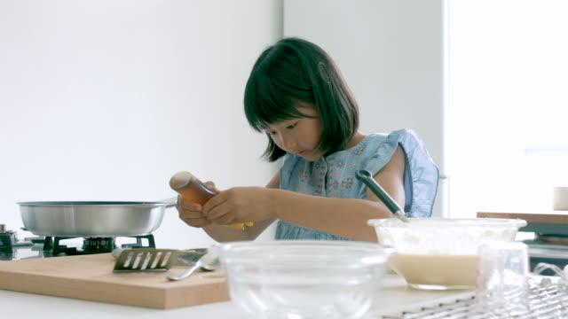 若い女の子のキッチン - 娘点の映像素材/bロール