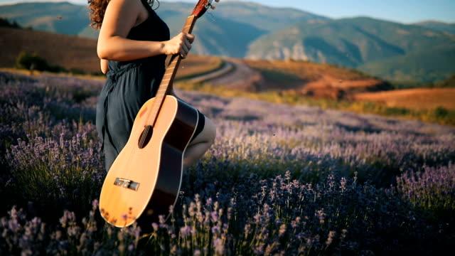 Jong meisje in de lavendel velden