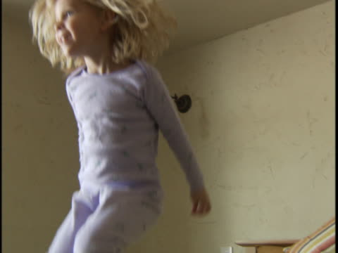 vidéos et rushes de young girl jumping on bed - 4 5 ans