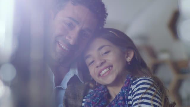 vídeos y material grabado en eventos de stock de ms slo mo. young girl kisses her dad on the cheek and smiles at camera in local cafe. - cámara en mano