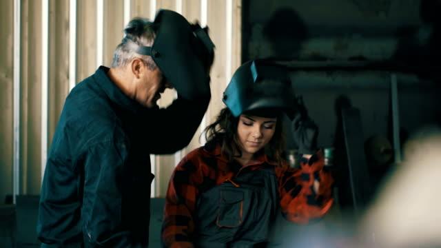 stockvideo's en b-roll-footage met jong meisje leert met behulp van een lastoestel - metaalindustrie