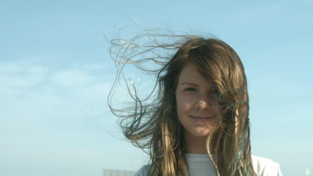 a young girl looking towards the camera outside in new york city in slow motion - endast en tonårsflicka bildbanksvideor och videomaterial från bakom kulisserna