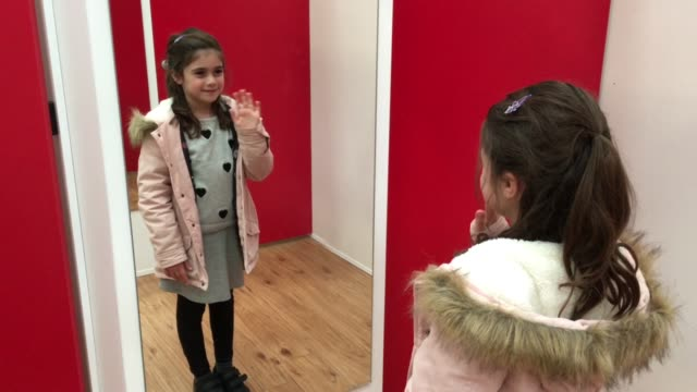 stockvideo's en b-roll-footage met young girl looks at herself in the mirror - alleen meisjes