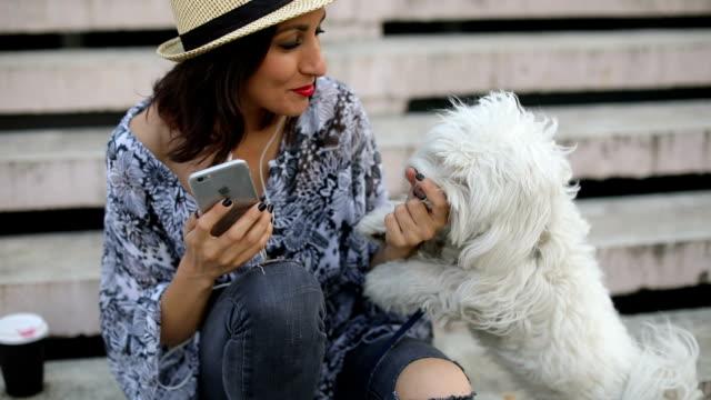 Junge Mädchen, das Selfie mit ihrem Haustier
