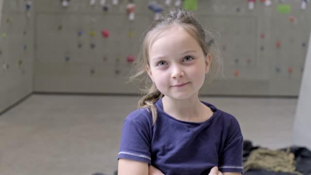 クライミングウォールの若い女の子 - 10歳から11歳点の映像素材/bロール