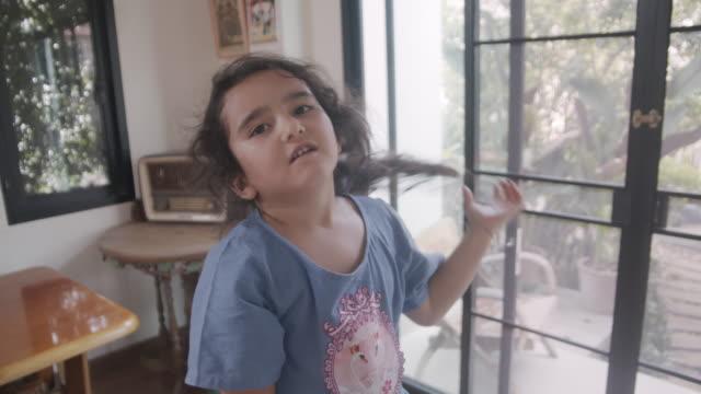 junges mädchen auf heimtrainer im zimmer - heimtrainer stock-videos und b-roll-filmmaterial