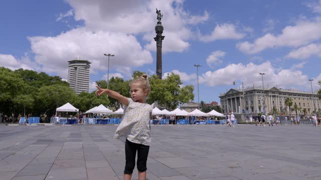 vidéos et rushes de jeune fille sur la promenade devant la statue de christophe colomb barcelone - christopher columbus explorateur