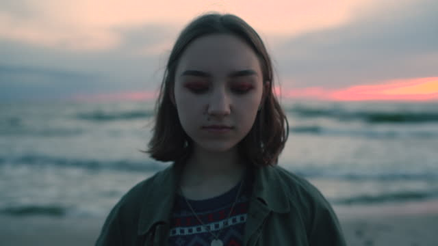 stockvideo's en b-roll-footage met jong meisje op het strand bij zonsondergang - meisjes