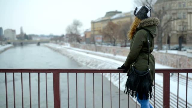 stockvideo's en b-roll-footage met jong meisje op de brug - natuurlijk haar