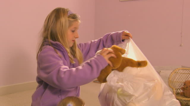 young girl packing up a stuffed animals - nur mädchen stock-videos und b-roll-filmmaterial
