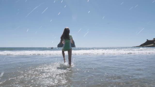 波間に遊ぶ少女 - オレゴン沿岸点の映像素材/bロール