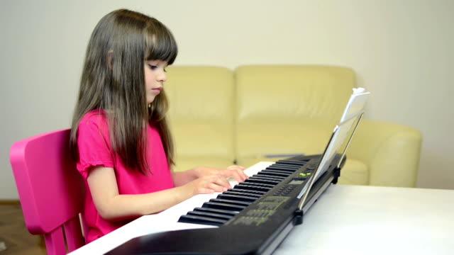 Jeune fille jouant du piano
