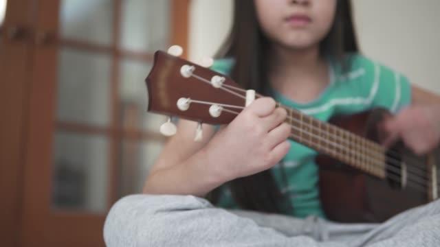 Jeune fille jouant du ukulélé