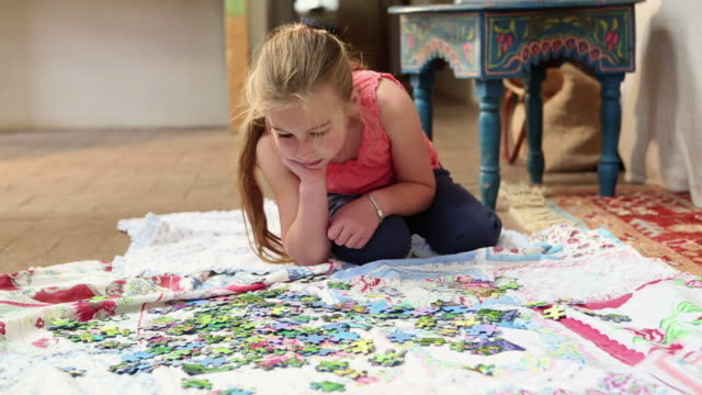 stockvideo's en b-roll-footage met ms young girl playing with puzzle / lamy, new mexico, united states - puzzel