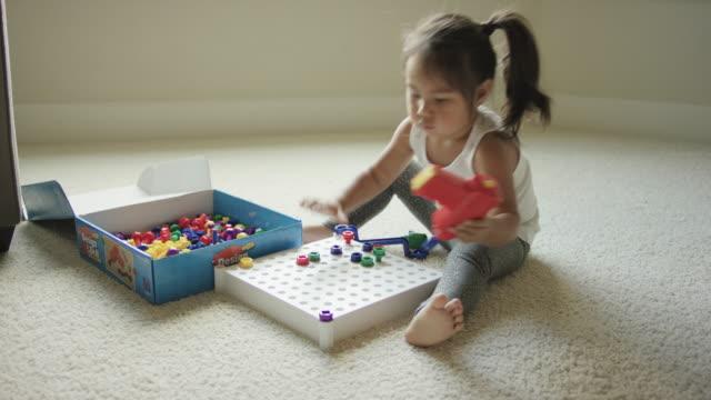 幹おもちゃと遊ぶ若い女の子 - 脳幹点の映像素材/bロール