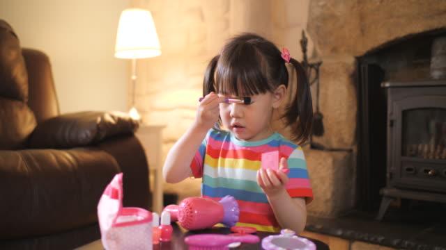 vídeos y material grabado en eventos de stock de joven fingir juego de maquillaje en casa - niñas