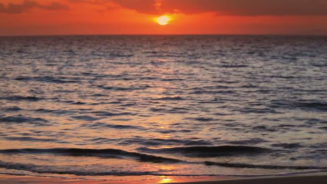 vídeos de stock e filmes b-roll de jovem correr na praia ao pôr do sol - só meninas adolescentes