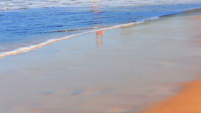 junges mädchen läuft aus dem meer - beach holiday stock-videos und b-roll-filmmaterial
