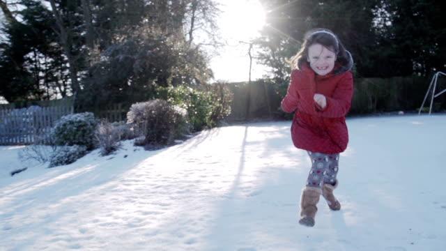 vídeos de stock, filmes e b-roll de menina correndo na neve - brincadeira de pegar