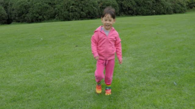 夏の庭の朝に走っている若い女の子 - 幼児点の映像素材/bロール