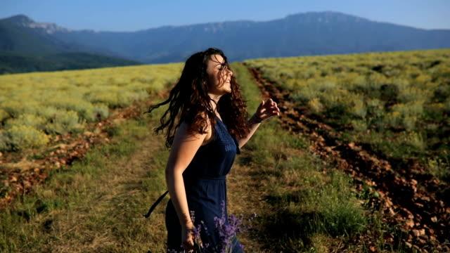 Une jeune fille s'exécute le champ