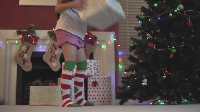 vídeos de stock e filmes b-roll de young girl shakes christmas presents - somente crianças