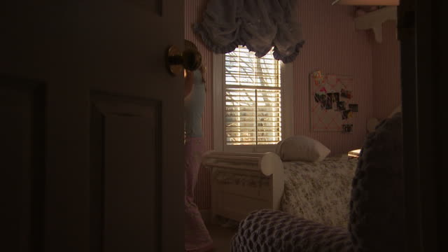 vídeos de stock, filmes e b-roll de a young girl singing into a hairbrush - quarto de dormir