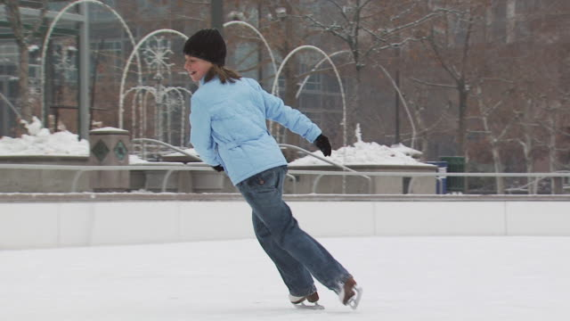 a young girl skating at a busy ice rink - altri spezzoni di questa ripresa 1145 video stock e b–roll