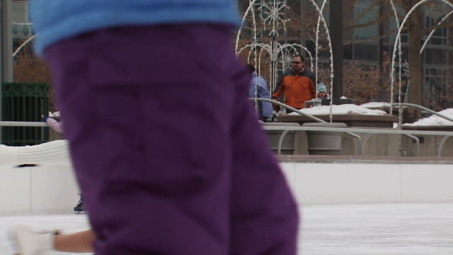 a young girl skating at a busy rink - altri spezzoni di questa ripresa 1145 video stock e b–roll