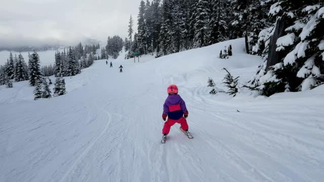 Junges Mädchen Skifahren auf der Piste