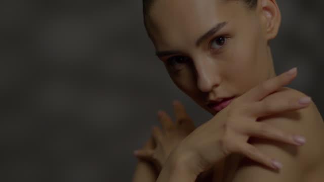 vidéos et rushes de la jeune fille court lentement ses mains sur sa bonne peau. - cou humain