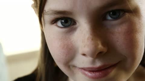 vídeos y material grabado en eventos de stock de chica joven sonrisa - staring