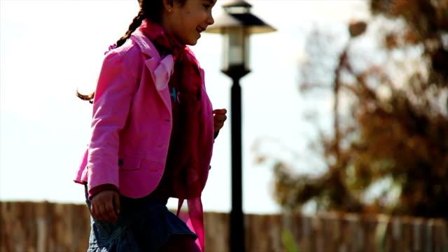 vídeos de stock, filmes e b-roll de menina sorrindo enquanto ela caminha ao longo de uma colina - jovem de espírito