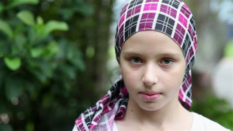 vidéos et rushes de jeune fille souriant survivant du cancer - une seule petite fille