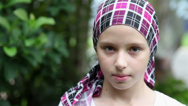 stockvideo's en b-roll-footage met young girl smiling cancer survivor - ziekte