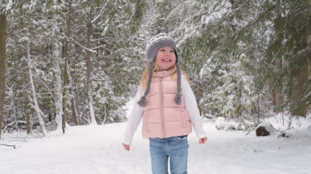 vídeos de stock, filmes e b-roll de young girl standing on a snow covered trail - luvas