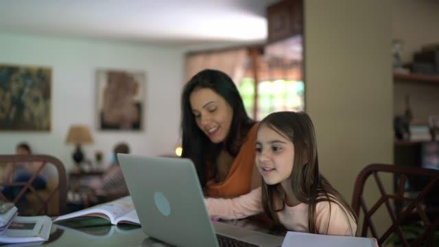 vídeos y material grabado en eventos de stock de joven estudiando en casa, usando portátil - familia con un hijo