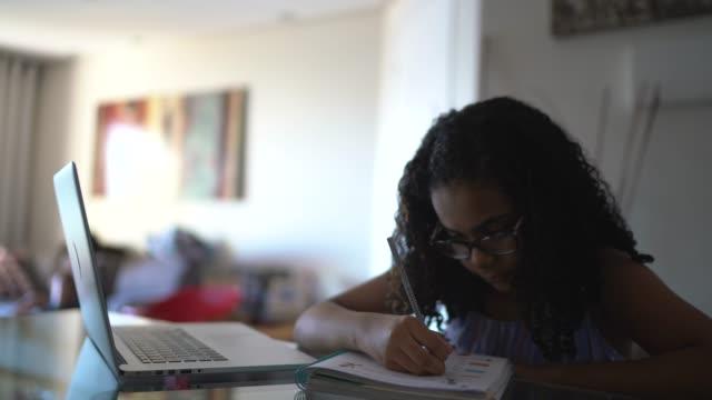 vídeos de stock, filmes e b-roll de jovem estudando em casa - aluna