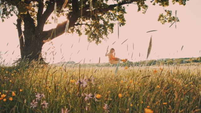 Junges Mädchen Schaukeln auf einer Baumschaukel