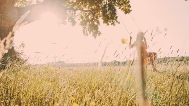 SLO MO junges Mädchen Schaukeln auf einer Baumschaukel