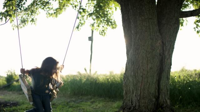 ung flicka gungar - mysig bildbanksvideor och videomaterial från bakom kulisserna