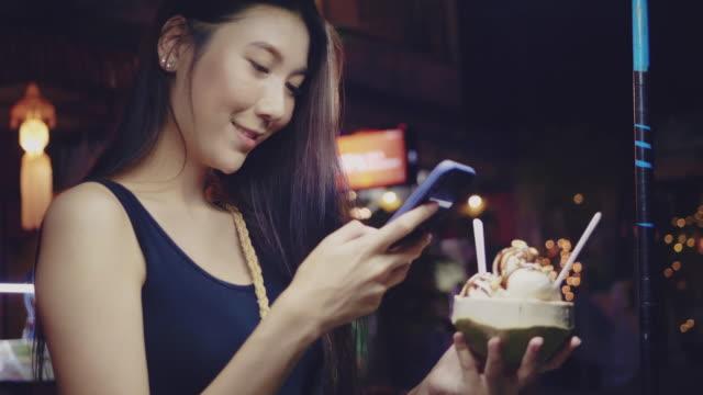 vídeos de stock, filmes e b-roll de a rapariga toma uma foto da bebida na moda - comida doce