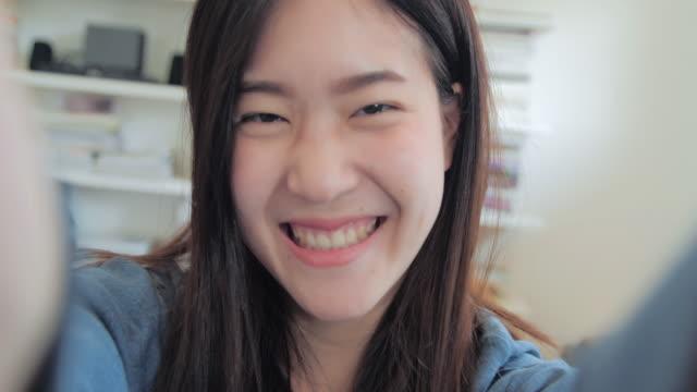 stockvideo's en b-roll-footage met jong meisje overneemt zomer selfie uit handen met telefoon. selfie van grappige aantrekkelijk meisje. lichaam-positieve vrouwen - zelfportret fotograferen