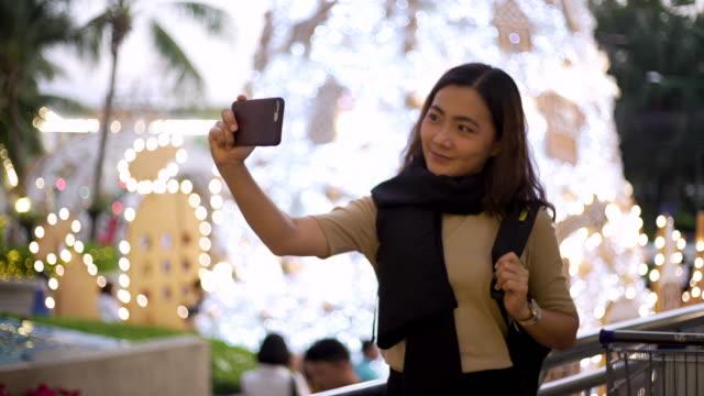 junge mädchen nehmen selfie mit smartphone - menschlicher finger stock-videos und b-roll-filmmaterial