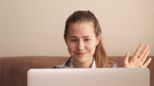vídeos y material grabado en eventos de stock de young girl talking on video chat with parents on laptop - neumonía