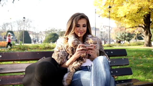 Junges Mädchen SMS auf smart phone