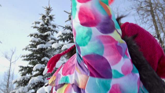 vídeos de stock, filmes e b-roll de jovem garota almofadas neve no ar - jovem de espírito