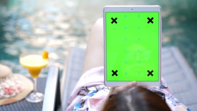 ragazza che usa tablet digitale - stagno acqua stagnante video stock e b–roll